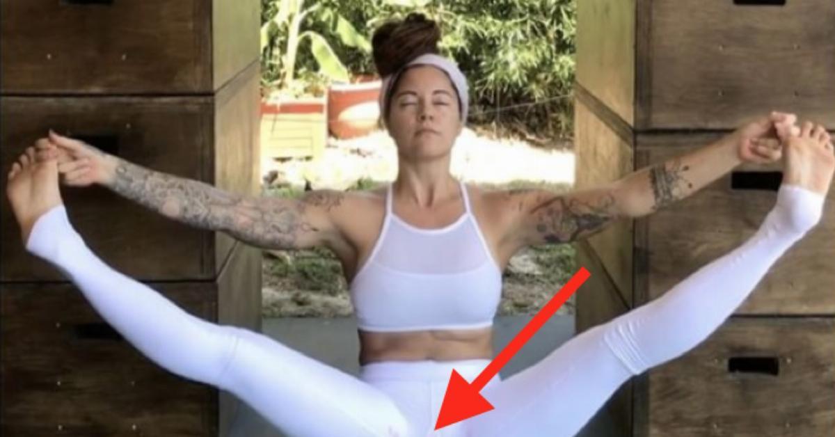 Hace Yoga Con Sus Pantalones Manchados De Regla Para