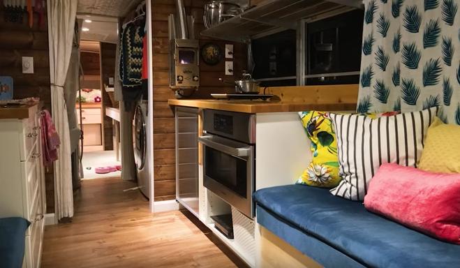 Un couple et ses trois enfants emménagent dans un bus abandonné. Lorsque vous verrez l'intérieur, vous tomberez à la renverse. - 3