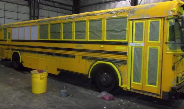 Un couple et ses trois enfants emménagent dans un bus abandonné. Lorsque vous verrez l'intérieur, vous tomberez à la renverse. - 1