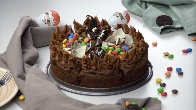 Pastel De Brownie Con M M S Galletas Oreo Y Huevos Kinder
